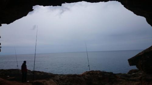 Pescando a resguardo de la lluvia.
